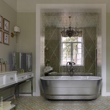 Хозяйская ванная. Ванна, Devon & Devon; настольное зеркало, William Yeoward; люстра, Visual Comfort & Co.; бра, Currey & Company; на полу цементная плитка, Couleurs & Matières.