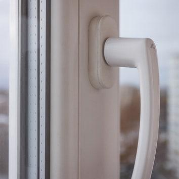 """Для лоджии, объединенной с квартирой, выбрали стеклопакеты с энергоэффективным стеклом. Они уменьшают потерю тепла. Сделала окна компания """"Атмосфера 9""""."""