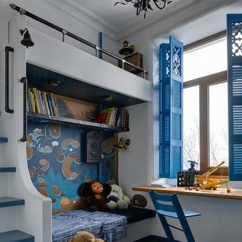 Подоконник превратился в стол для рисования и игр. На стене роспись с бобрами, выполненная подругой хозяев Александрой Киселевой.