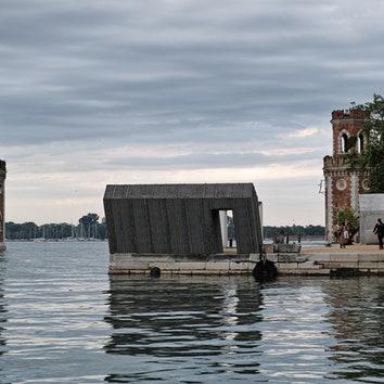 Инсталляция Александра Бродского стоит на самом краю венецианского Арсенала и наклонена под углом 95 градусов.