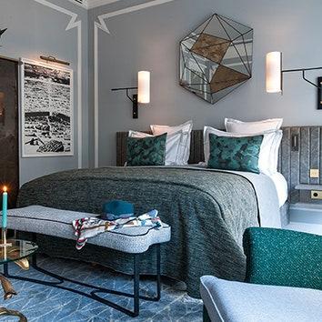 Одиночный номер. Маленький столик у кровати винтажный. На шкафу вазы авторства Барбары Биллоуд иЛуизы Гёльдерблом.