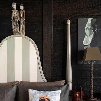 """Основная спальня. Кровать и прикроватные тумбы сделаны на заказ в """"Интерьерной лаборатории"""". На спинке кровати традиционные куклы из кукольного театра острова Явы."""
