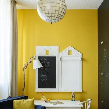 Детская. Столик и меловая доска, Pottery Barn. Встроенный шкаф покрыт краской, по которой можно писать мелом. Как и все осатльные системы хранения, он спроектирован и изготовлен в мастерской Enjoy Home.