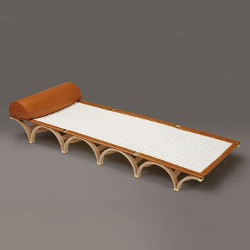 Складной шезлонг The Ernest Bed, коллекция Objets Nomades, дизайнер Гвенаэль Николя, Louis Vuitton.
