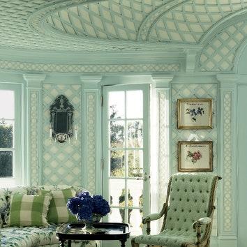 Фрагмент главной спальни. Как и в ванной, ее стены и потолок обшиты деревянными решетками, которые придают помещению сходство с садовым павильоном. Столярные работы выполнил Пол Фламманг.