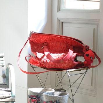 Сумка стоит на стульчике рыбака, выпросила личный у продавца на блошке, сейчас производят менее интересные. Очень удобно кидать сумку у входа в дом.