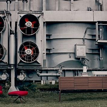Слева направо: кресло соттоманкой Lounger, дизайнер Хайме Айон, металл, текстиль, BDBarcelona Design, 190000руб.; комод Roma, дерево, L'Officina, 146359руб.; накомоде — кувшин, керамика, Chehoma, 1061руб., ицветочный горшок Long Pot, керамика, Ligne Roset, 18988руб.; торшер LaChinoise, металл, пластик, текстиль, Ligne Roset, 30492руб.