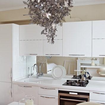 Фартук на кухне зеркальный — простой, но действенный способ зрительно увеличить пространство.