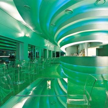 Кафе Shu, которое Новембре построил в Милане в 1999 году, стало сенсацией и обошло все интерьерные журналы мира. Оно, кстати, до сих пор прекрасно работает.