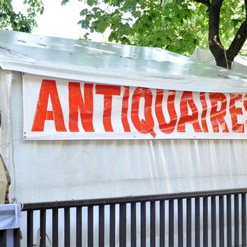 Анна Эрман на антикварном рынке в Париже