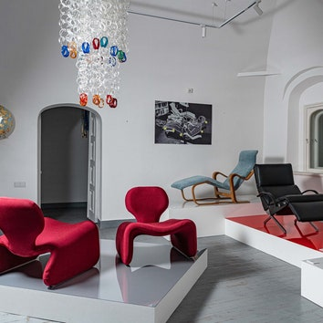 кресла, выставочное пространство
