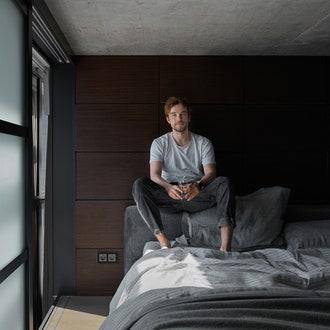 Александр вспальне. Кровать, Idealbeds; постельное белье, AtelierTati; стеновые панели сподсветкой сделаны назаказ. Спальня отделена звуконепроницаемыми перегородками.