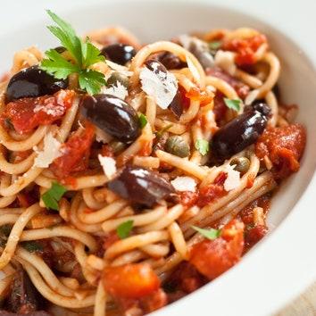 Спагеттони алла путтанеска.