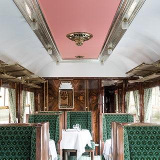 Интерьер вагона в стиле 1950-х по проекту Уэса Андерсона